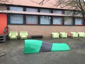 Een groen-transparante bank bij Hogeschool Inholland Alkmaar