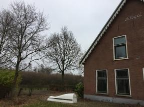 Een witte bank bij de Circular Expo in Hoeve de Vogel in Hoofddorp