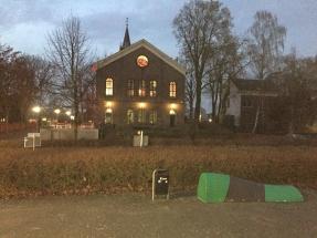 Eén van de twee banken bij de Jopenkerk in Hoofddorp